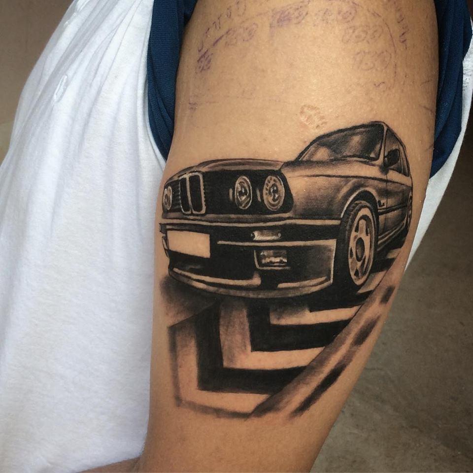 tatuaje de bmw clasico