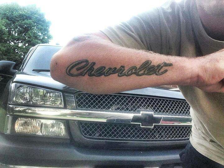 tatuaje de chevrolet en el brazo