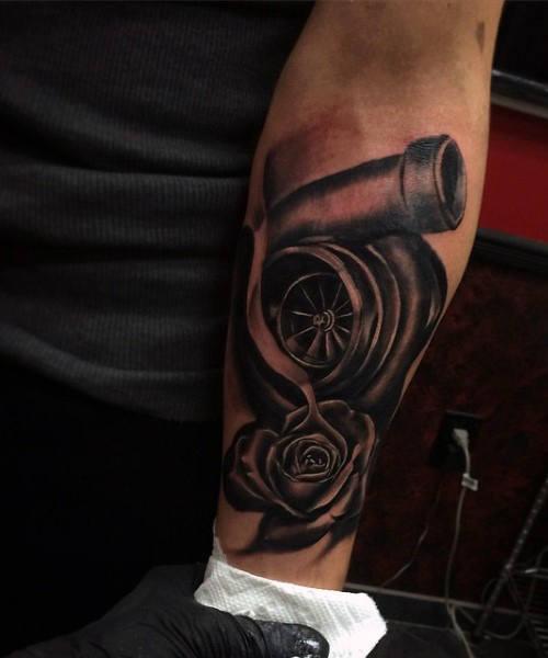 tatuaje de turbo en el brazo