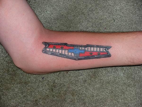 tatuaje del logo de chevrolet