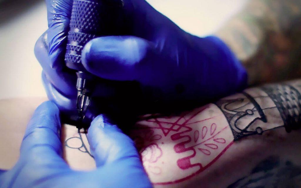 tatuando con plantilla