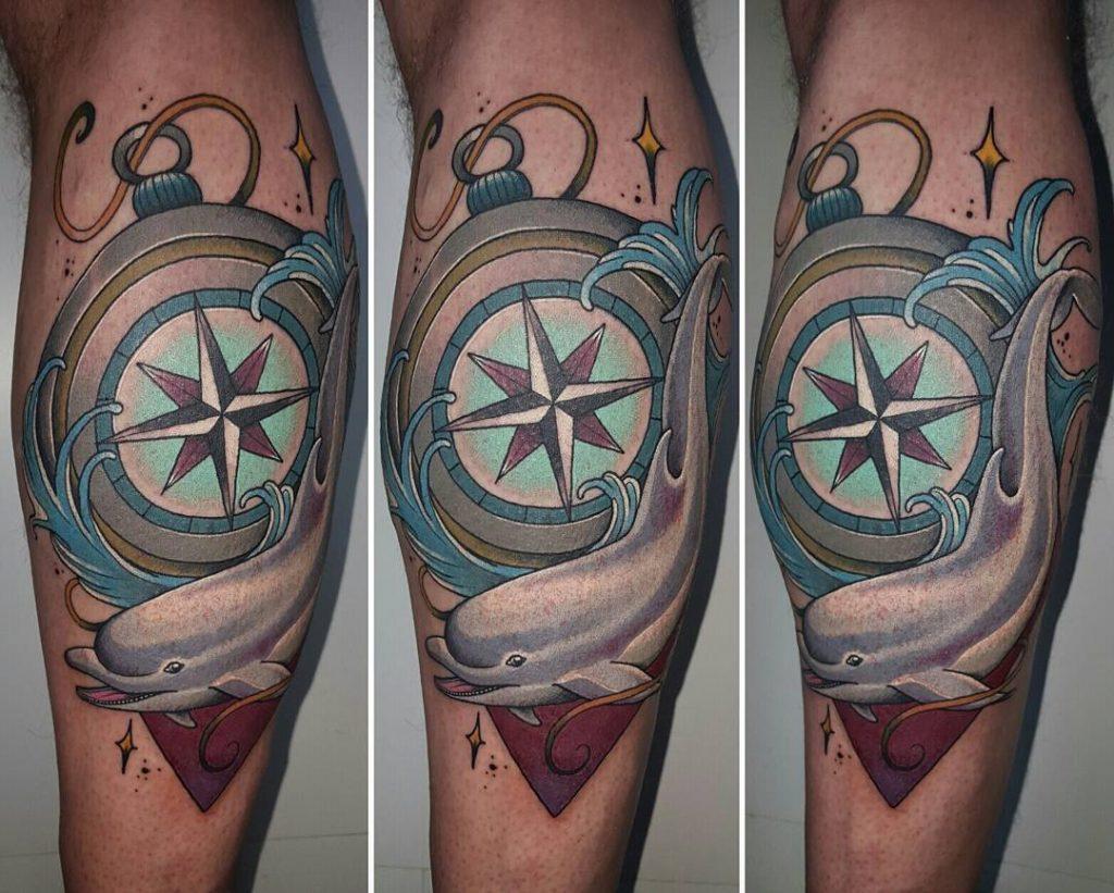 tatuaje de brujula y delfin