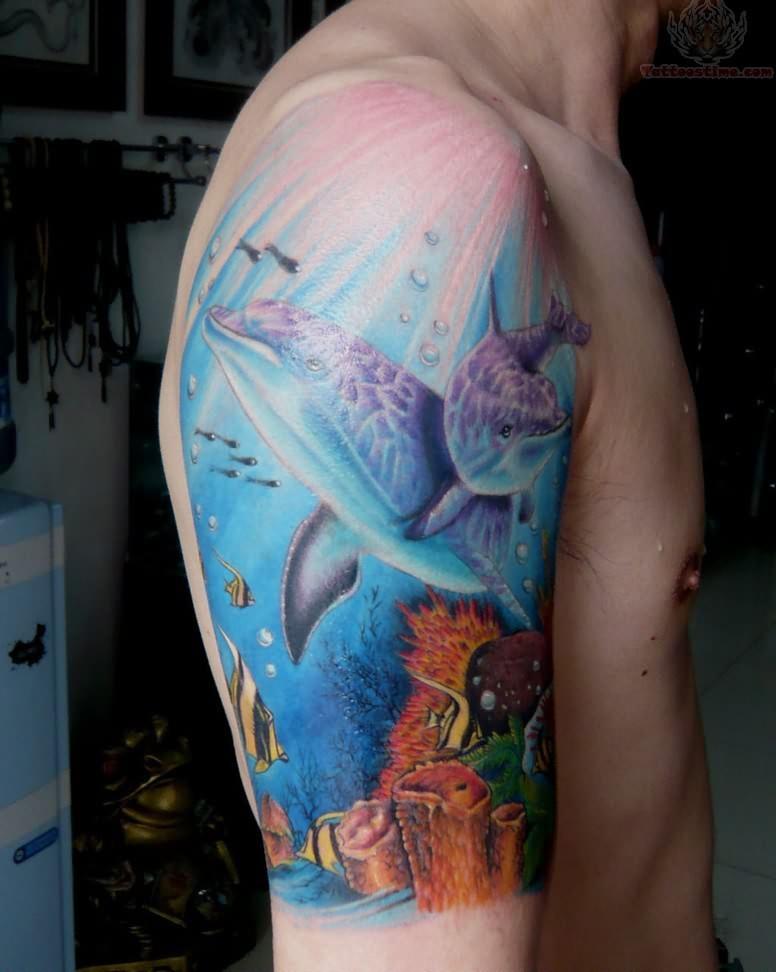 tatuaje de delfines a color en el brazo