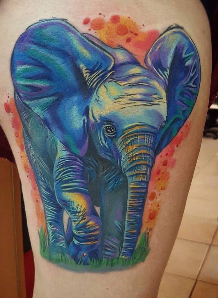 tatuaje de elefante a color en la pierna