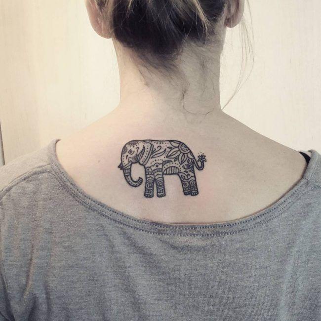 tatuaje de elefante en la nuca