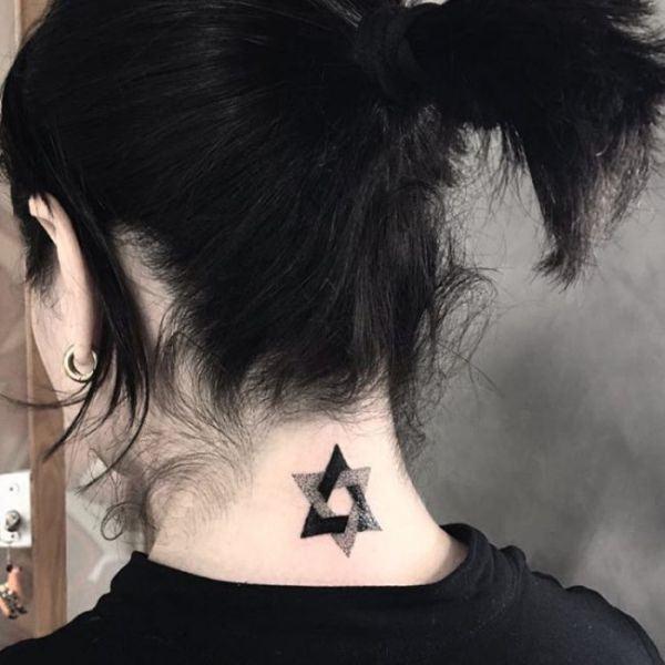tatuaje de estrella en la nuca
