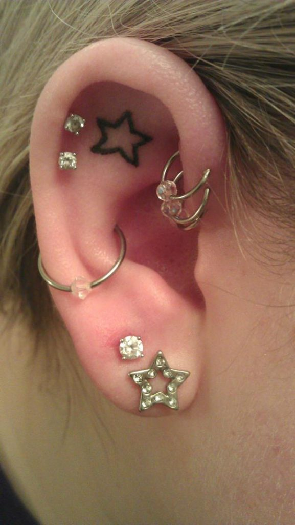 tatuaje de estrella en la oreja