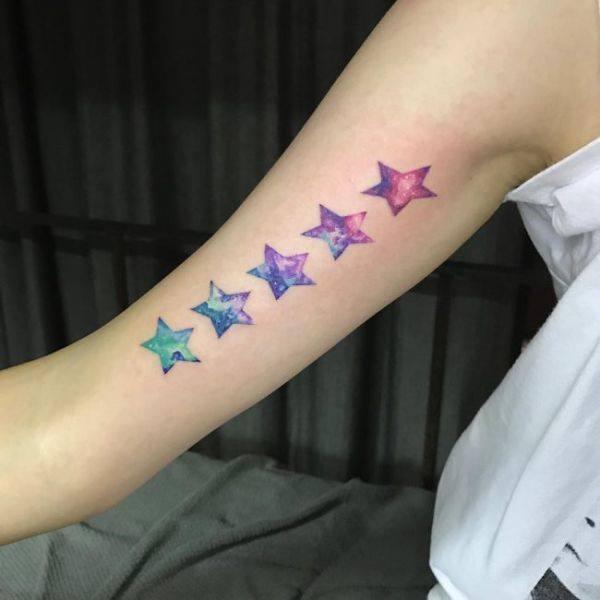 tatuaje de estrellas a color en el brazo