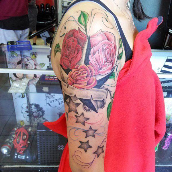 tatuaje de estrellas en el brazo mujer