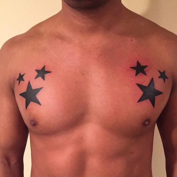 tatuaje de estrellas en el pecho