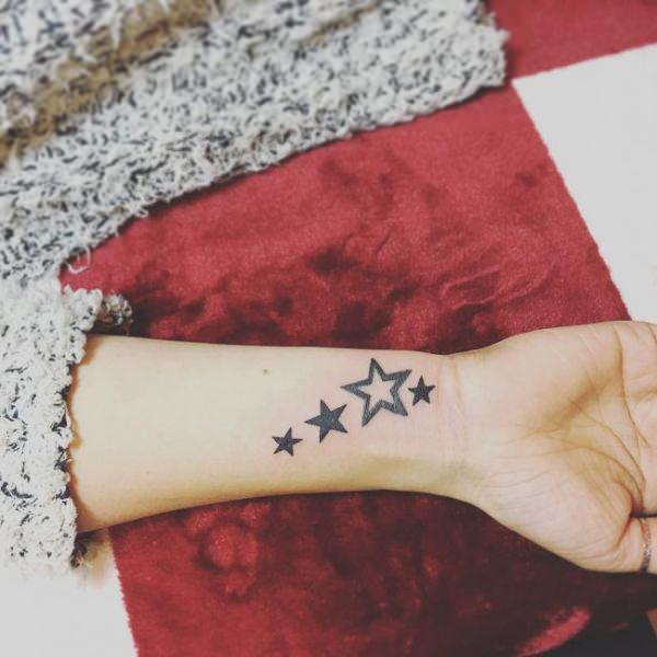 tatuaje de estrellas en la muñeca