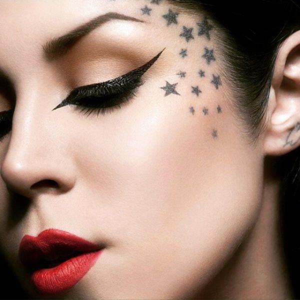 tatuaje de estrellas pequeñas en la cara