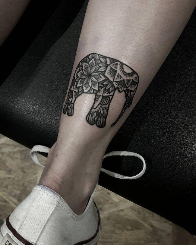 tatuaje en el tobillo de elefante