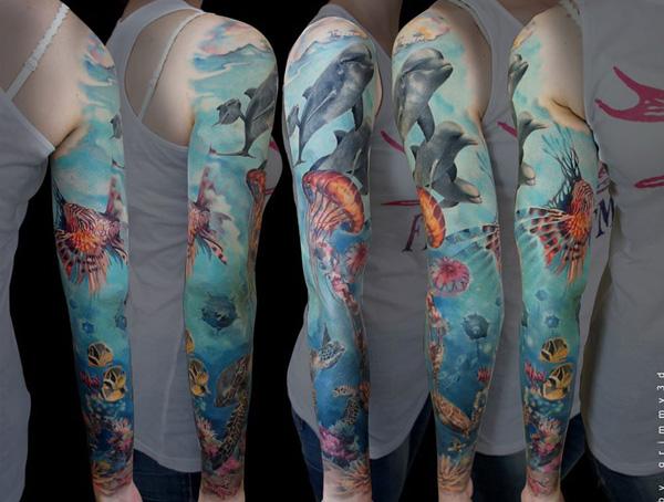 tatuaje manga de delfines