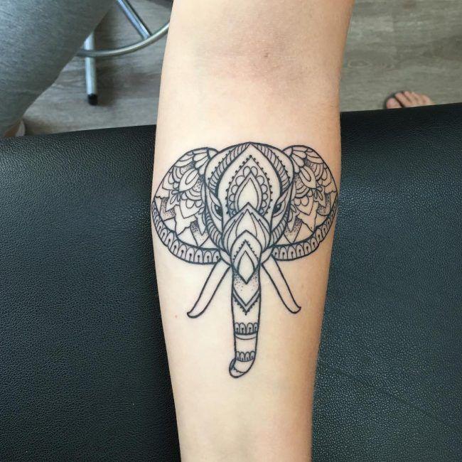 tatuaje simple de elefante en el brazo