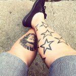 tatuajes de estrellas en la pierna