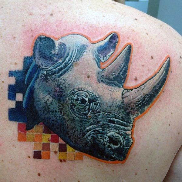 tatuaje 3d de rinoceronte en la espalda