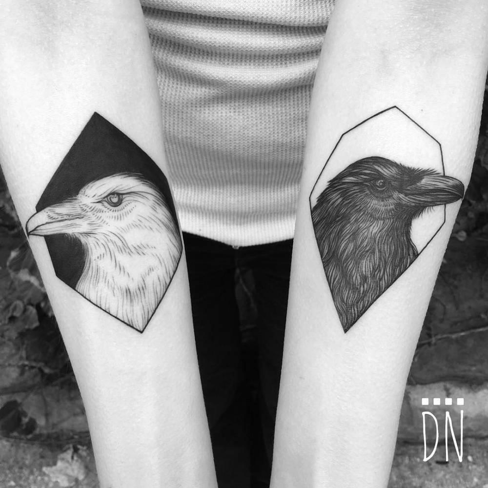 tatuaje Huginn y Muninn en el brazo
