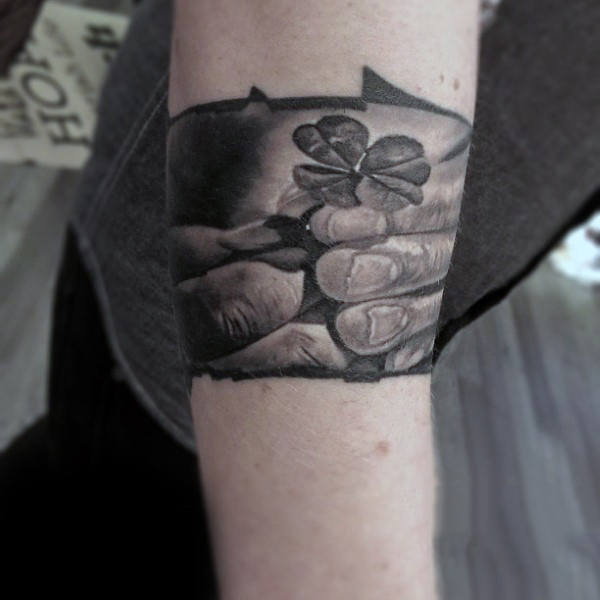 tatuaje brazalete con trebol