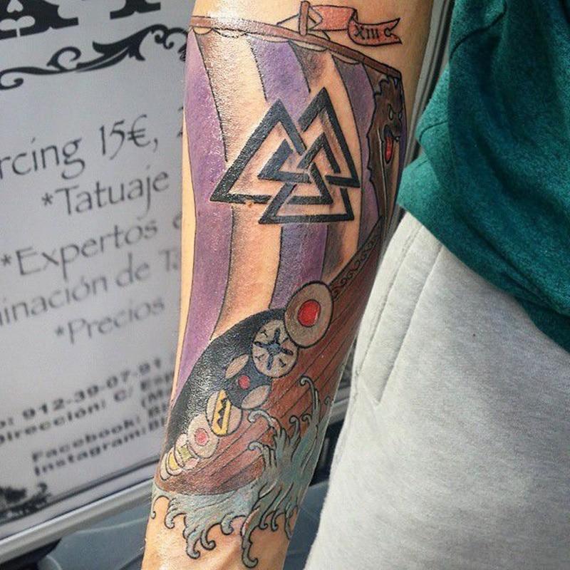 tatuaje de barco vikingo