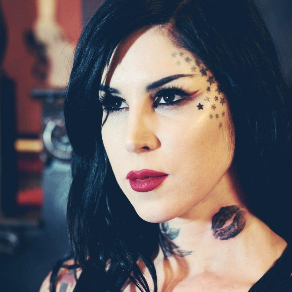 tatuaje de labios negros en el cuello