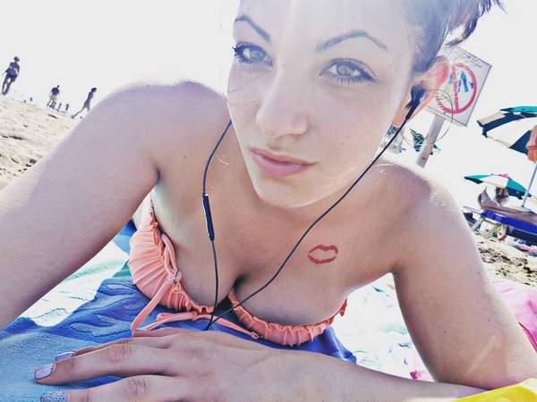 tatuaje de labios rojos en la clavicula
