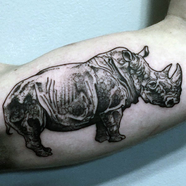 tatuaje de rinoceronte en el brazo