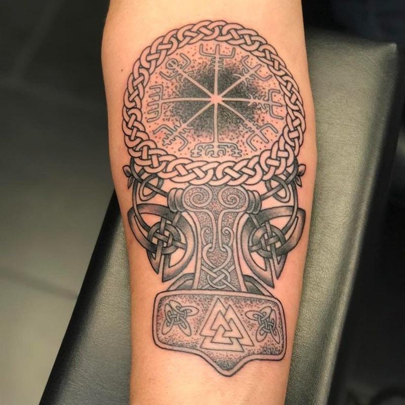 tatuaje de signos vikingos