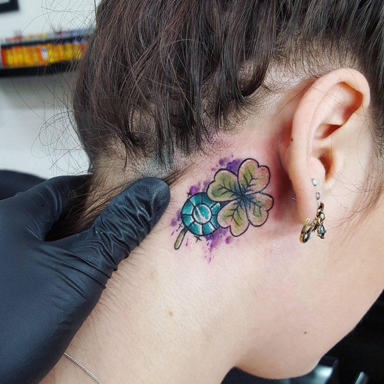 tatuaje de trebol detras de la oreja