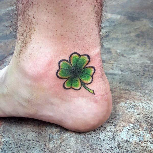 tatuaje de trebol en el tobillo