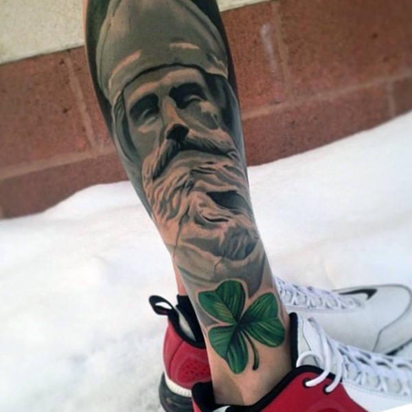 tatuaje de trebol en la pierna