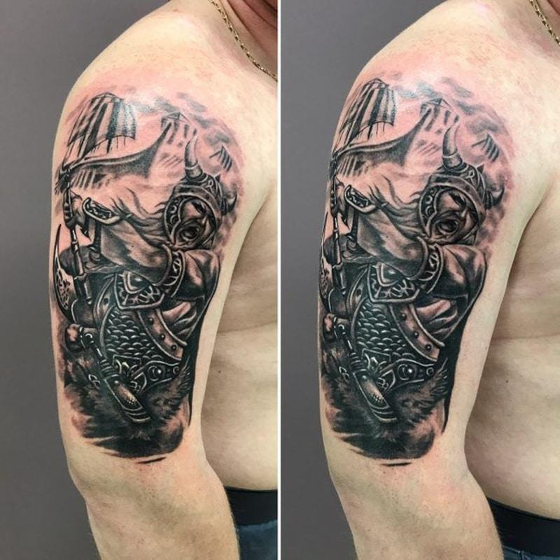 tatuaje de vikingo en el brazo