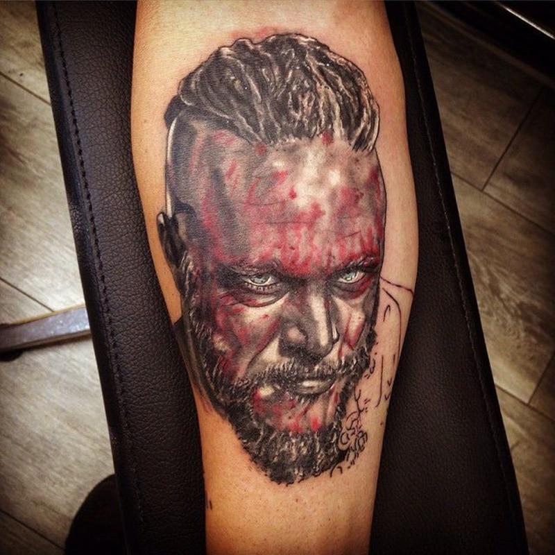 tatuaje de vikingo en la pierna