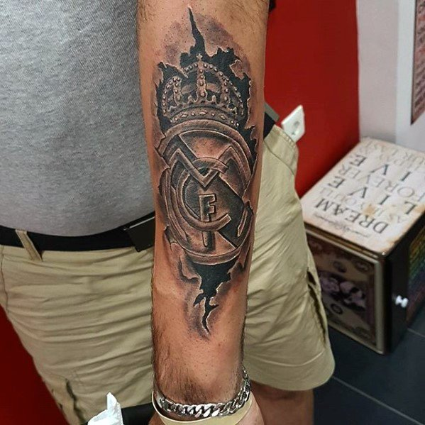 tatuaje del madrid en el antebrazo
