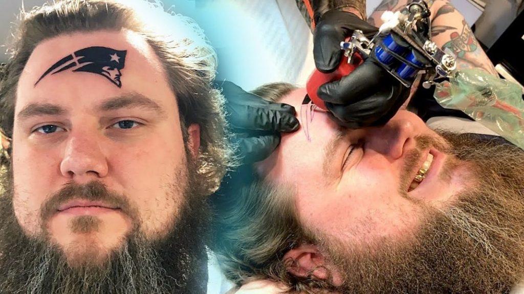 tatuaje en la cara del fanatico loco de los patriots