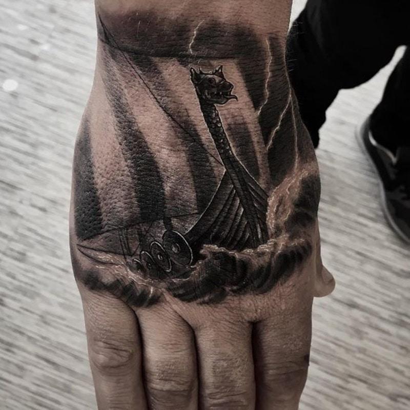 tatuaje en la mano de barco vikingo
