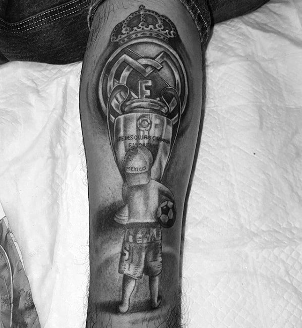 tatuaje en la pierna para fan del madrid
