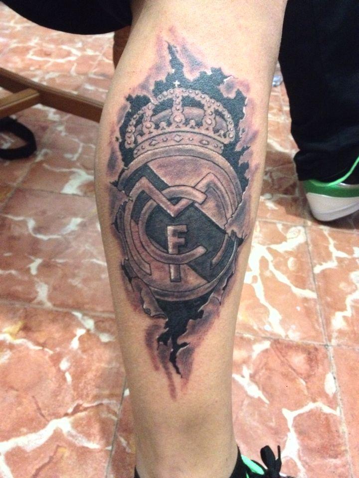 tatuaje escudo del real madrid en la pierna