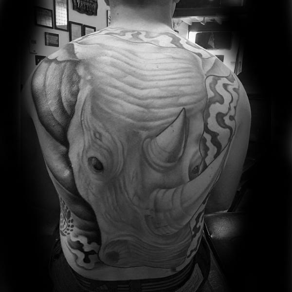 tatuaje grande de rinoceronte en la espalda