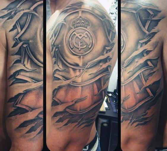 tatuaje grande en el hombro del escudo del madrid