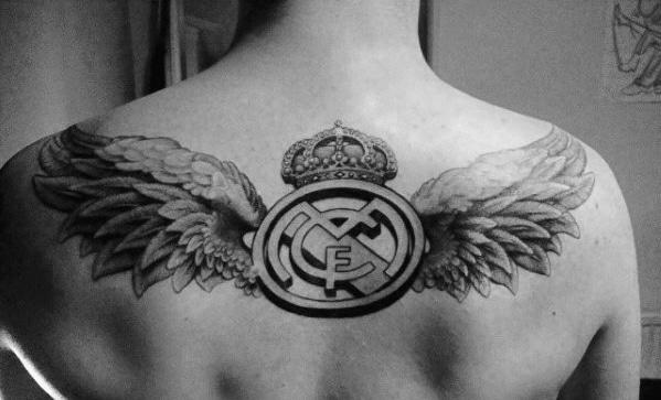 tatuaje grande real madrid en la espalda