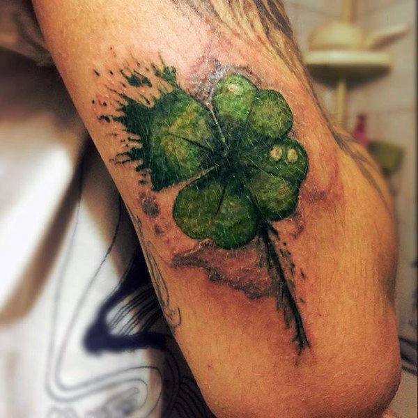 trebol de cuatro hojas en el brazo