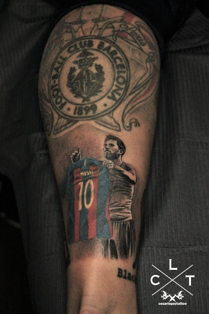 tatuaje de barcelona y messi en la pierna