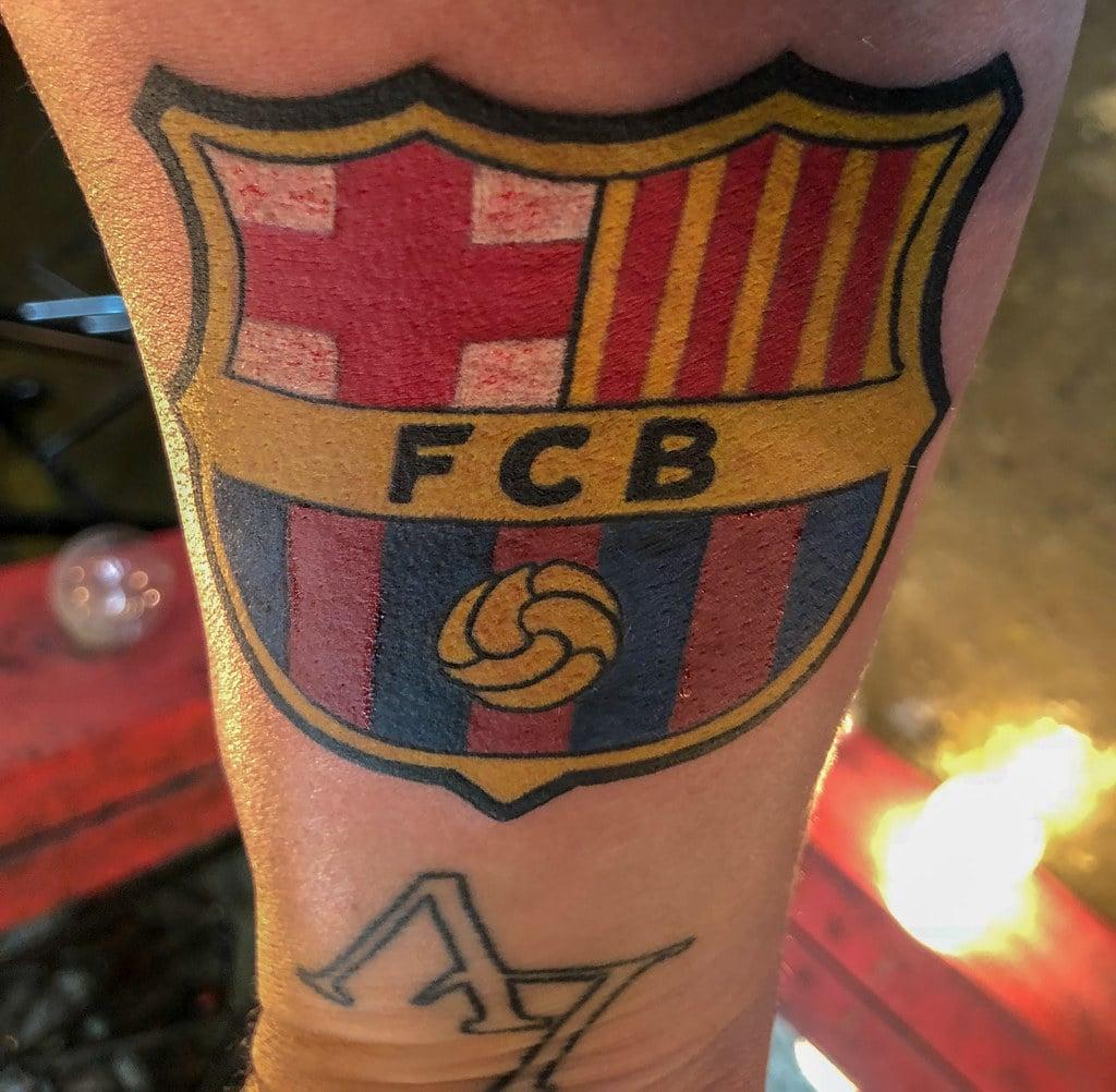 Tatuaje del barcelona en el brazo