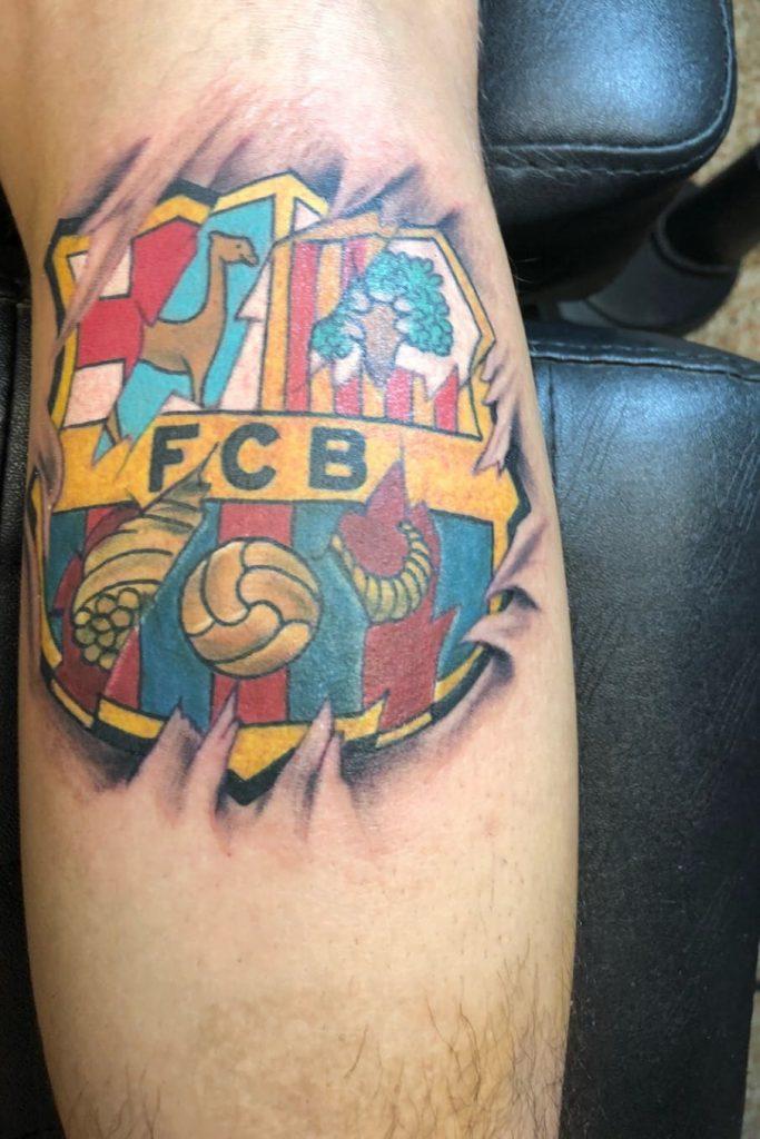 tatuaje del escudo barcelona bajo la piel