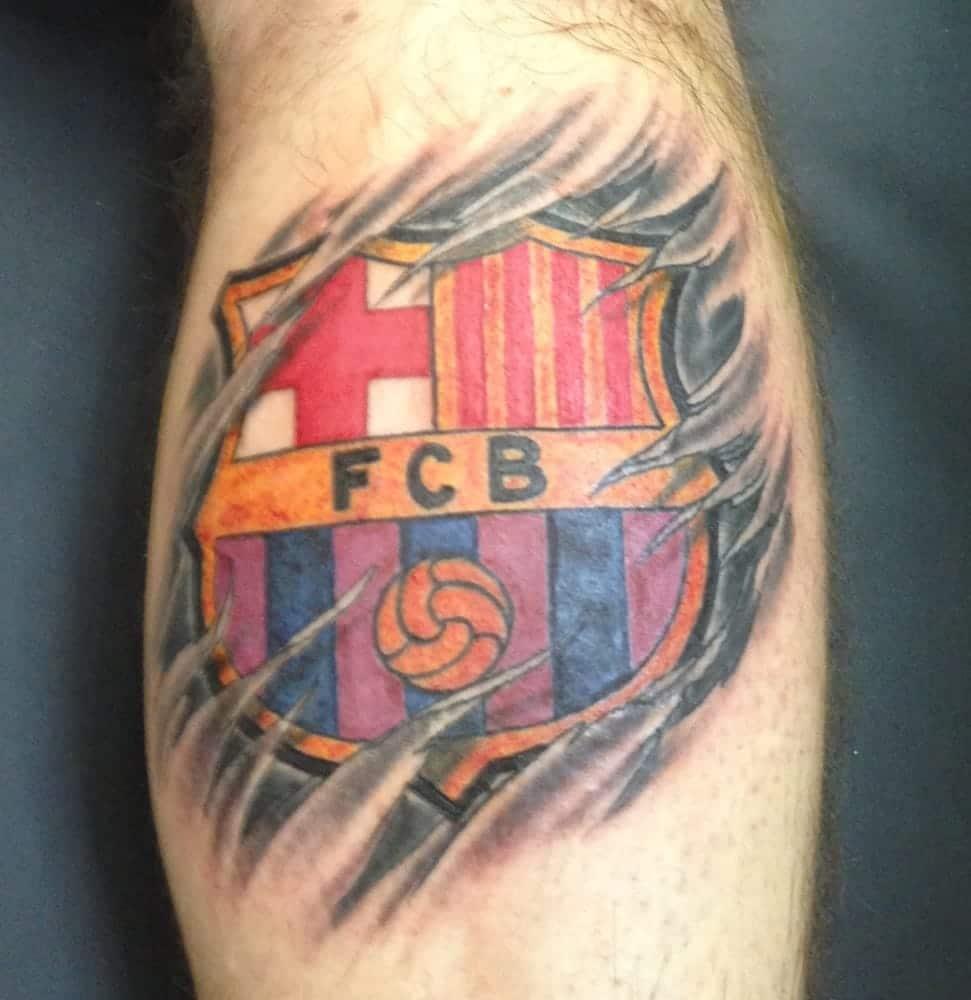 tatuaje del escudo del barcelona en la pierna