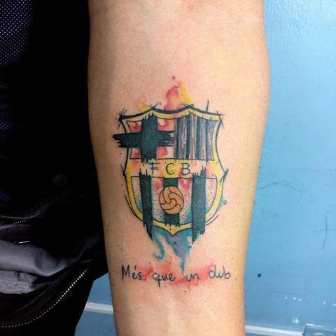 tatuaje en acuarela del escudo del barcelona