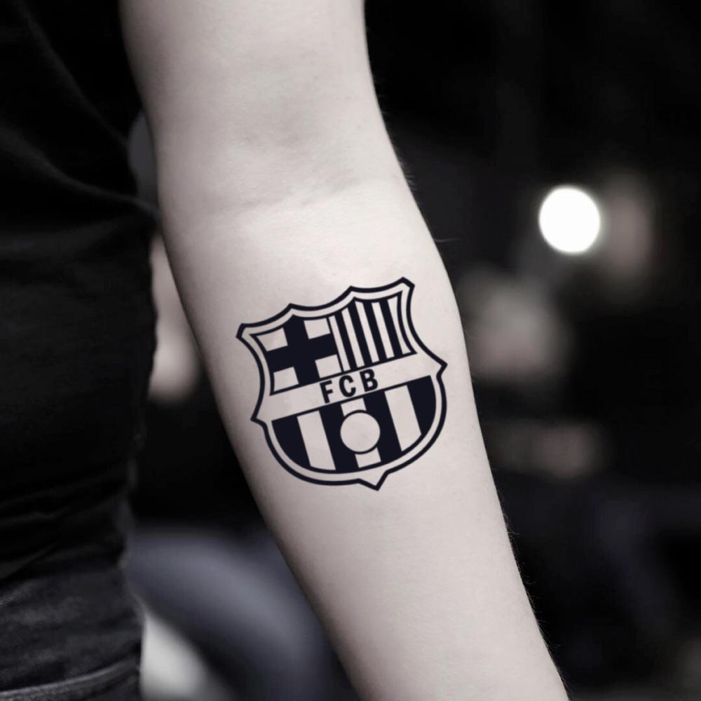 tatuaje fc barcelona en el brazo