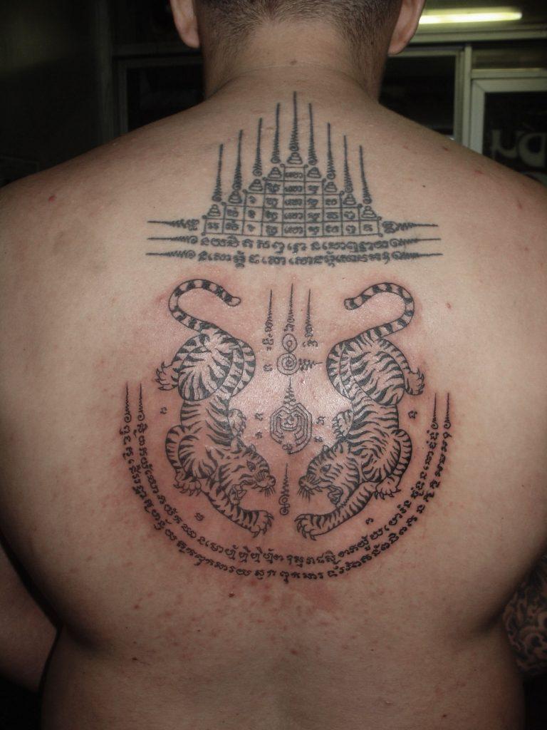 tatuaje tailandés en la espalda hombre