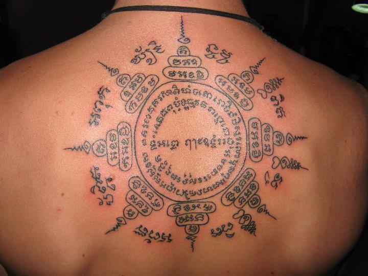 tatuajes thai en la espalda